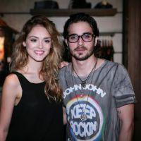 Isabelle Drummond e Fiuk posam lindos e estilosos em evento de moda em São Paulo