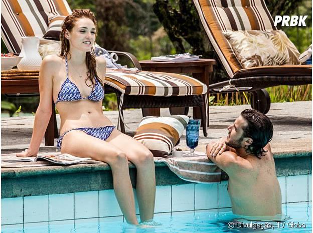 """Júlia (Isabelle Drummond) e Pedro (Jayme Matarazzo) vão passar um tempo relaxando na piscina em """"Sete Vidas"""""""