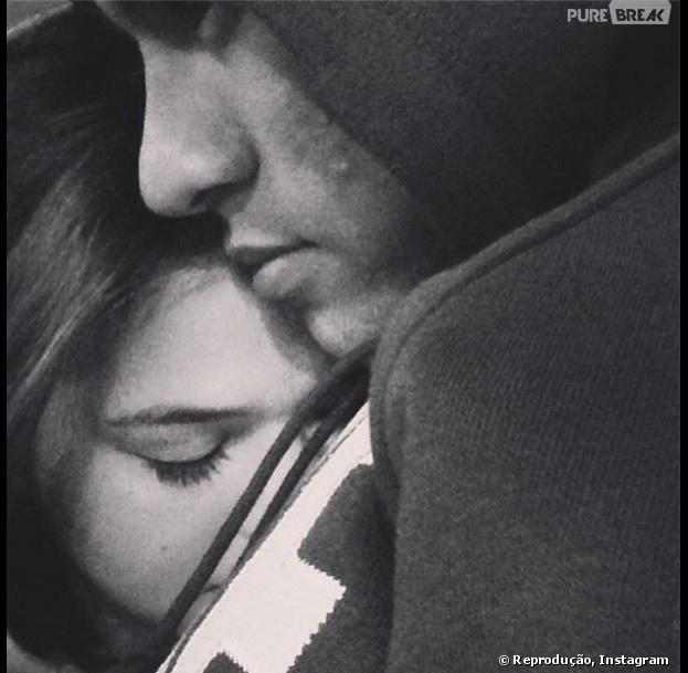 """Bruna Marquezine compartilhou no Instagram uma foto encostada no peito de Neymar: """"Já estou com muita saudade deste cheirinho"""""""