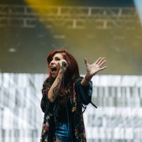 "Lollapalooza 2015: Pitty incendeia o público com antigos sucessos e hits do novo CD ""Sete Vidas"""
