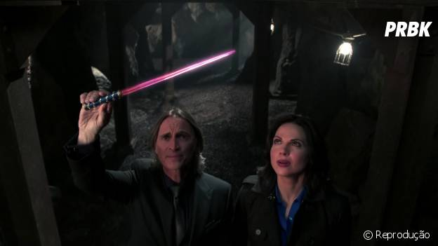 "Em ""Once Upon a Time"", Rumple (Robert Carlyle) promete chantagear Regina (Lana Parrilla)"
