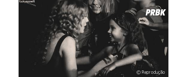 Taylor Swift fofa com fãs
