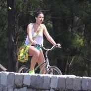 """Bruna Marquezine, de """"I Love Paraisópolis"""", exibe estilo e boa forma em passeio na orla do Rio"""