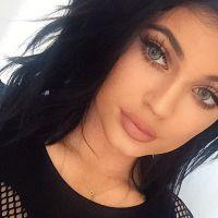 """Kylie Jenner desabafa no Twitter sobre viral: """"Quero encorajar meninas como eu a serem elas mesmas"""""""