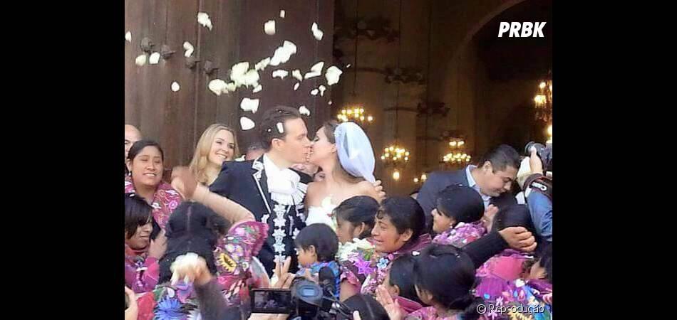 Anahi e Manuel Velasco foram recebidos por mulheres indígenas e chuva de pétalas de rosas na saída da catedral mexicana