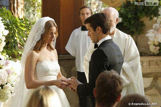 """Daniel (Joshua Bowman) eEmily (Emily VanCamp) trocam alianças em """"Revenge"""""""