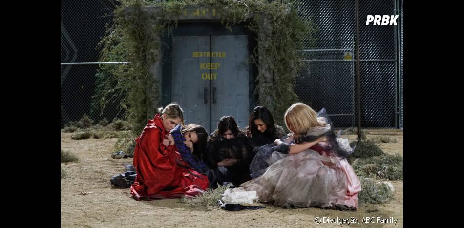 "Aria (Lucy Hale), Spencer (Troian Bellisario), Emily (Shay Mitchell), Hanna (Ashley Benson) e Mona (Janel Parrish) morrem de frio presas do lado de fora do abrigo em ""Pretty Little Liars"""