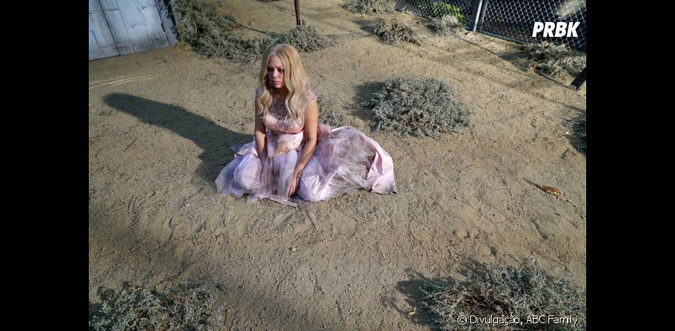 "Em ""Pretty Little Liars"", Mona (Janel Parrish) observa o vazio"