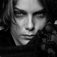 """Isabella Santoni, de """"Malhação"""", chora em ensaio fotográfico e filosofa em legenda no Instagram"""