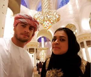 Preta Gil e Rodrigo Godoy visitam mesquita em passeio da lua-de-mel