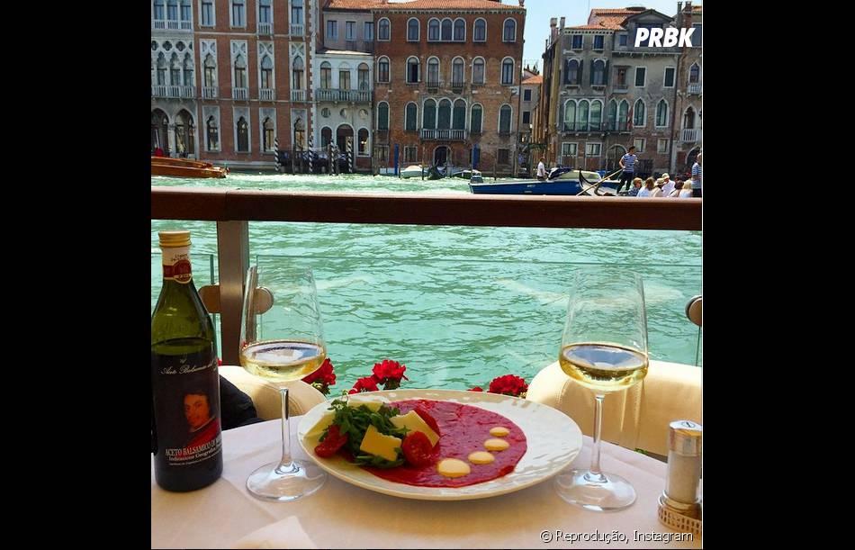 Marina Ruy Barbosa aproveitou o último dia em Veneza para publicar foto da refeição e da paisagem. Quanto luxo!