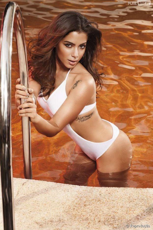 Anitta em ensaio sensual, realçando as belas curvas