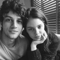 """Chay Suede, o Rafael de """"Babilônia"""", posa com namorada Laura Neiva e se declara: """"Amor"""""""