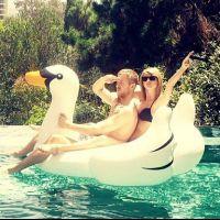 Taylor Swift, de biquíni, e Calvin Harris, sem camisa, se divertem na piscina e publicam foto na web