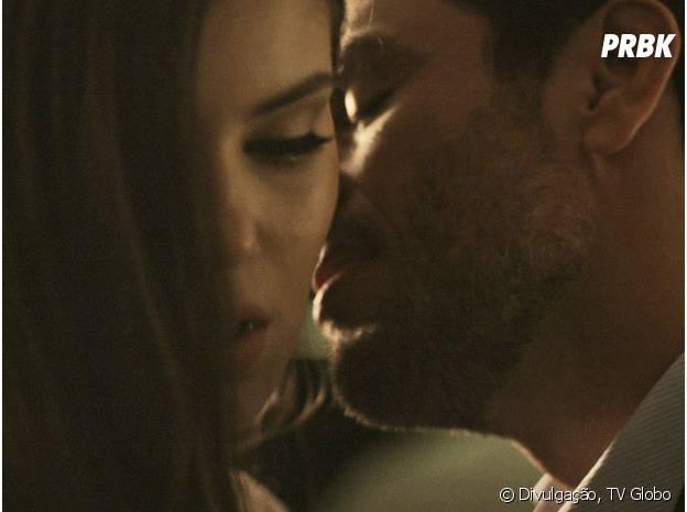 """Angel (Camila Queiroz) fica tensa com a proximidade de Alex (Rodrigo Lombardi) em """"Verdades Secretas"""""""