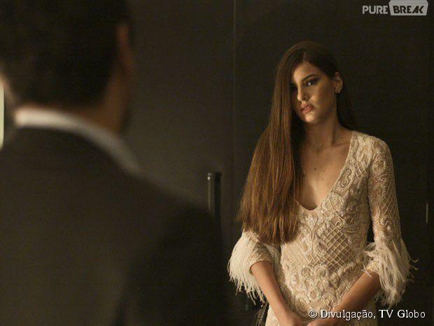 """Novela """"Verdades Secretas"""": Angel (Camila Queiroz) se assusta e foge"""