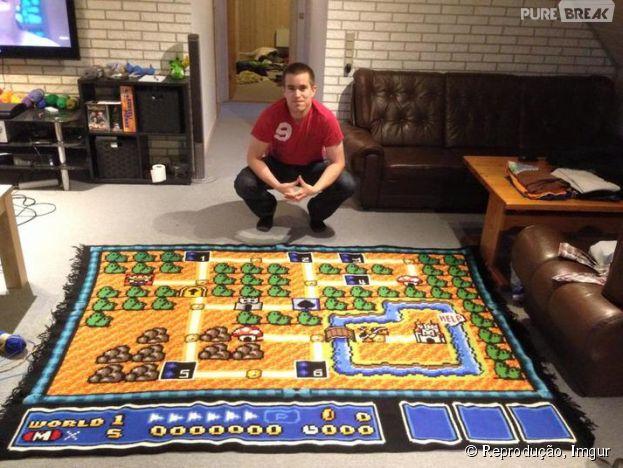 """Game clássico """"Super Mario 3"""" vira tapete feito todo de crochê!"""