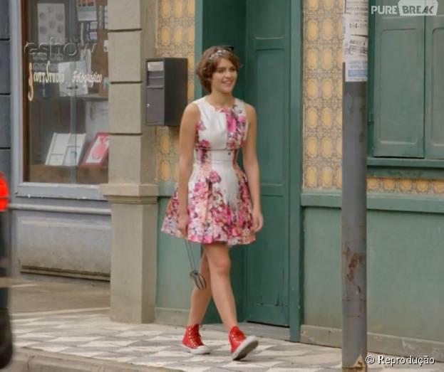 """Em """"Malhação"""", Karina (Isabella Santoni) usa um vestido cheio de flores para o casamento de Cobra (Felipe Simas) e Jade (Anaju Dorigon)"""