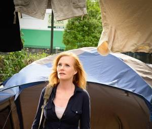 """É melhor Christine (Marg Helgenberger) tomar cuidado, pois Big Jim (Dean Norris) e Julia (Rachelle Lefevre) estão na cola da mulher em """"Under The Dome"""""""