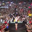 Taylor Swift comemora aniversário de 24 anos ao lado de Lorde e em cima dos palcos