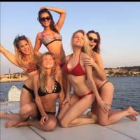 """Nina Dobrev, após """"The Vampire Diaries"""", aparece sensual e de biquíni ao curtir férias na França"""