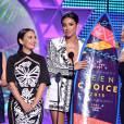 "Lucy Hale, Janel Parrish, Shay Mitchell, Ashley Benson, Tyler Blackburn e Vanessa Ray receberam várias pranchas para ""Pretty Little Liars"" no Teen Choice Awards 2015"