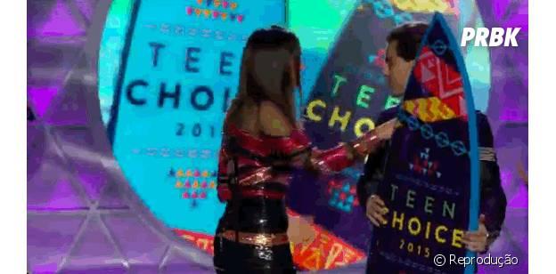 """No """"Teen Choice Awards 2015"""", Nina Dobrev brincou com os fãs usando dentes falsos de vampiro"""
