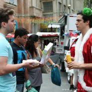 """Em """"Amor à Vida"""": Na Véspera de Natal, Niko flagra Félix vendendo hot-dog!"""