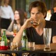 "Damon (Ian Somerhalder) já aparece afogando as mágoas na 7ª temporada de ""The Vampire Diaries"""