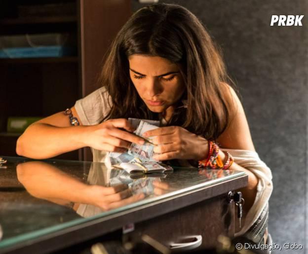 """Em """"A Regra do Jogo"""": Tóia (Vanessa Giácomo) rouba dinheiro da Caverna da Macaca para ajudar a mãe!"""