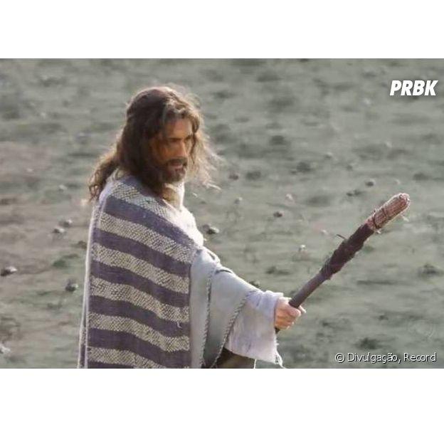 """Arão (Petrônio Gontijo) estende seu cajado sobre o mar Nilo para liberar rãs em """"Os Dez Mandamentos"""""""