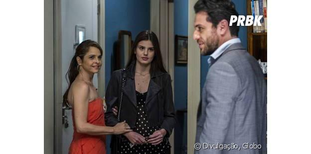 """Em """"Verdades Secretas"""": Carolina (Drica Moraes) arruma as malas para sair da casa de Alex (Rodrigo Lombardi) após briga envolvendo Angel (Camila Queiroz)"""