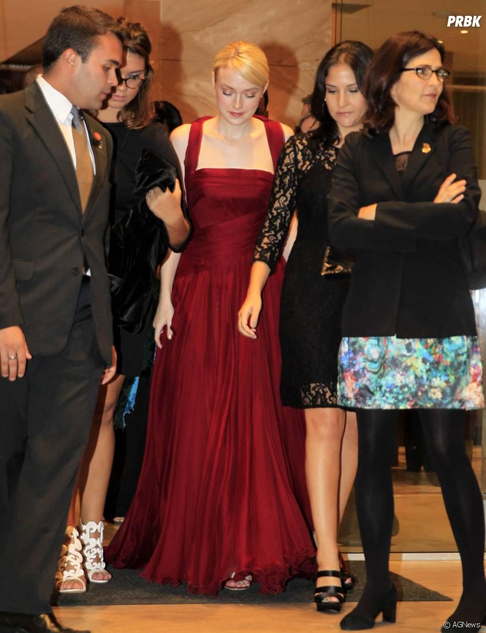 A atriz Dakota Fanning deixa o hotel Copacabana Palace