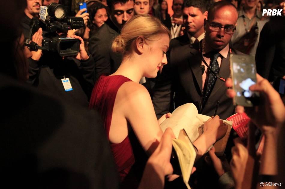 Dakota Fanning distribui autógrafos para os fãs