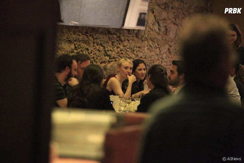 Em restaurante do Rio, Dakota Fanning prova comida brasileira