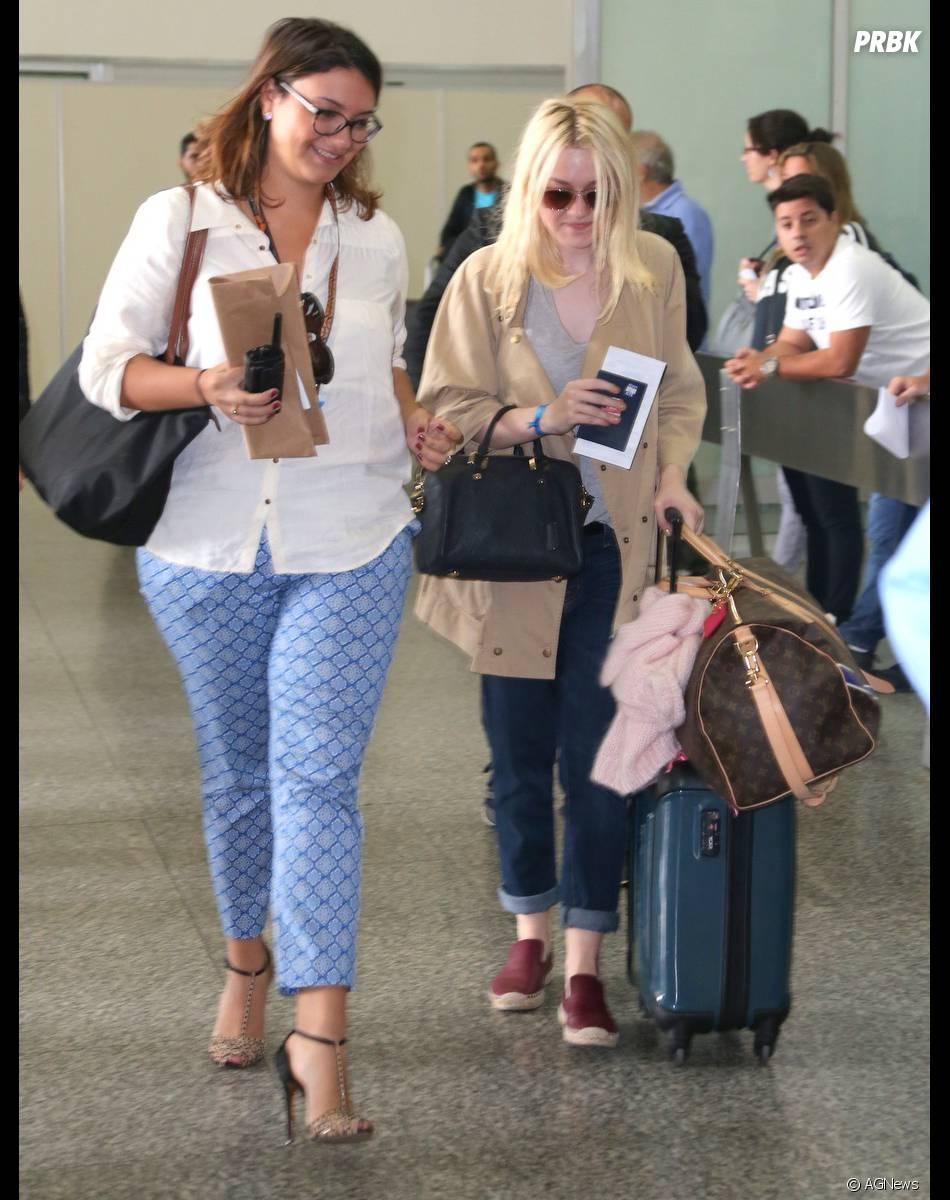 A estrela internacional Dakota Fanning aterrissa no aeroporto do Rio