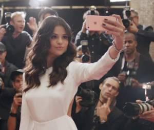 Selena Gomez estrela comercial de iPhone 6S cor de rosa