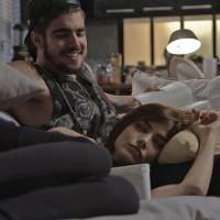 """Novela """"I Love Paraisópolis"""": Grego (Caio Castro) lê para filha de Margot no final da gravidez"""