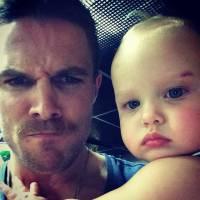 """De """"Arrow"""": veja Stephen Amell, o Oliver, em momentos fofos e se apaixone pelo ator!"""