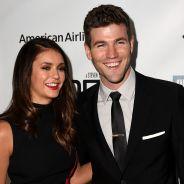 Nina Dobrev e Austin Stowell assumem o namoro com brincadeira no Twitter