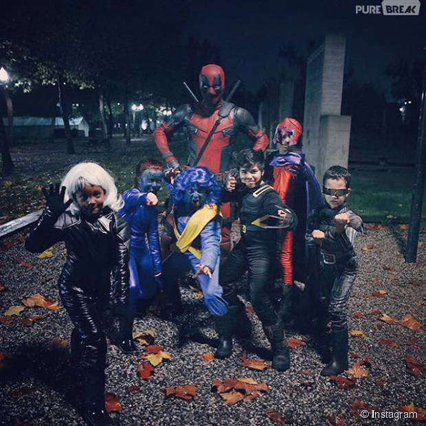 Ryan Reynolds fantasiado de Deadpool no Halloween