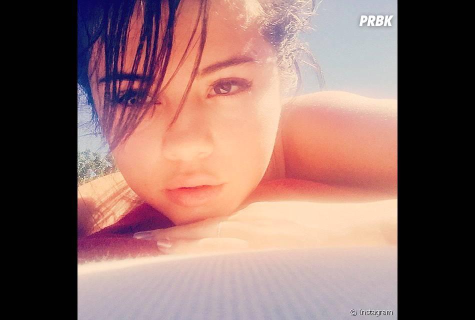 Selena Gomez pegando um solzinho, sempre linda