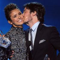 "Ian Somerhalder e Nina Dobrev juntinhos no ""People's Choice Awards""; será que voltam?"