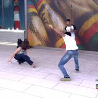 """Fátima Bernardes cai ao jogar capoeira com Rodrigo Simas no """"Encontro"""" e internet pira!"""