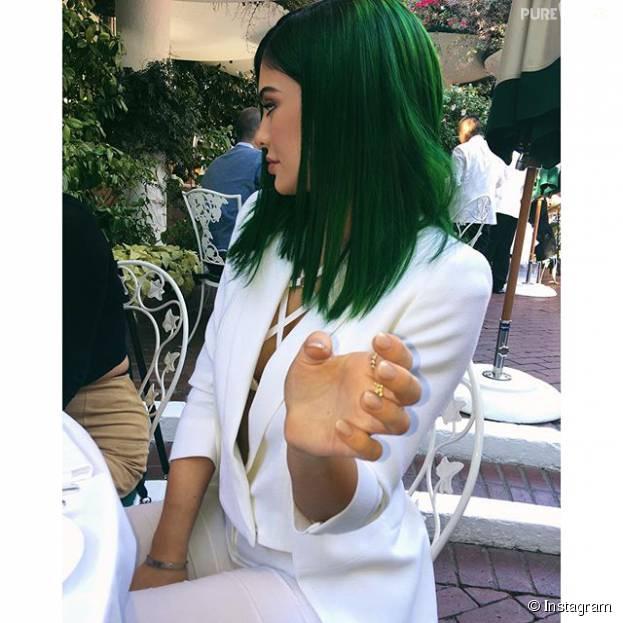 Kylie Jenner lança kit para os lábios com cabelo verde e modelito causador