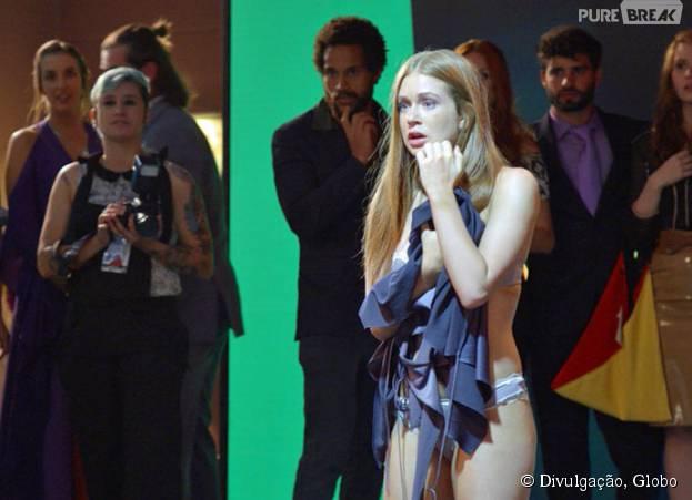 """Em """"Totalmente Demais"""", Eliza (Marina Ruy Barbosa) é assediada durante festa do concurso!"""