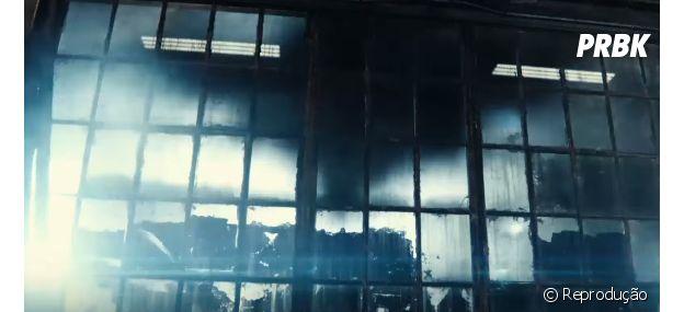 """A sombra do Batman faz o sinal do morcego no trailer de """"Batman Vs Superman: A Origem da Justiça"""""""