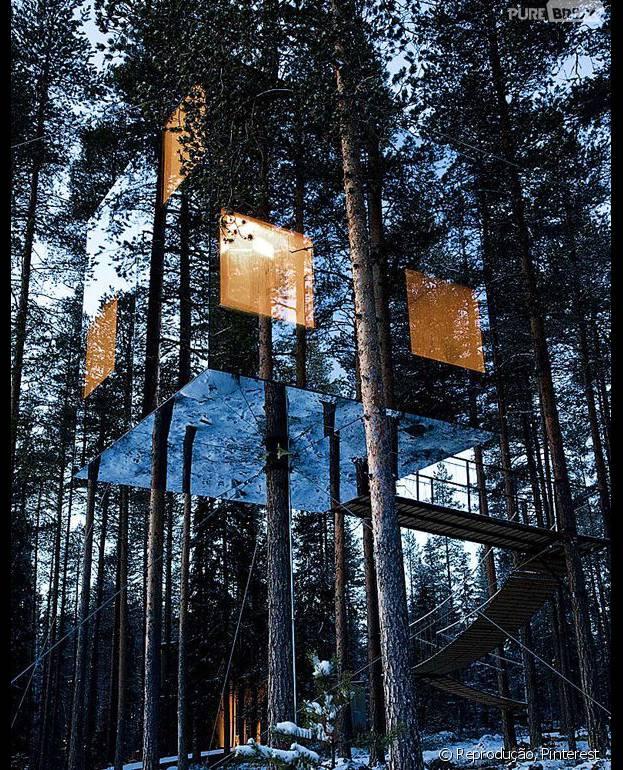 O Mirrorcube é outro hotel maluco da Suécia. Na verdade ele é apenas um quarto que fica pendurado no tronco de uma árvore e todo feito de vidro!
