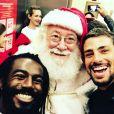 Cauã Reymond cruzou com um Papai Noel antes mesmo do Natal!
