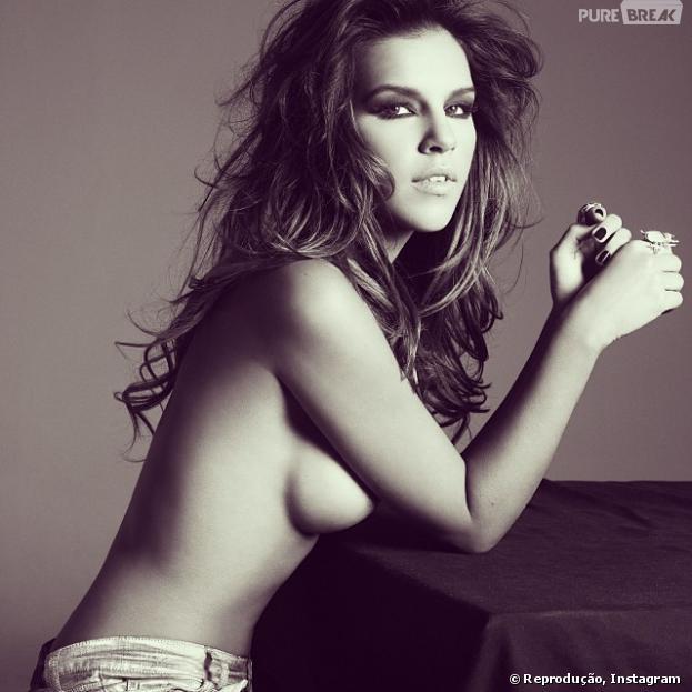 Mariana Rios posta foto de topless em seu Instagram, na noite desta quinta-feira, 16 de janeiro de 2014